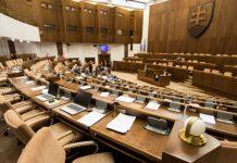 Poslanci budú hlasovať o skrátenom konaní pre 13. dôchodky aj prídavky na deti (naživo)