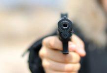 Muž zastrelil pred nemocnicou svoju priateľku a strážnika, potom obrátil zbraň proti sebe
