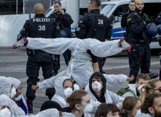Video+foto: Aktivisti zablokovali vstup na autosalón vo Frankfurte