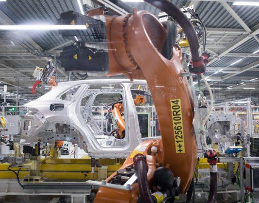 Zložitá situácia automobilového priemyslu sa začína dotýkať aj Slovenska, Volkswagen odvolal zmeny v časti výroby