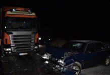 Vodič osobného auta prešiel do protismeru a neprežil čelnú zrážku s kamiónom (foto)
