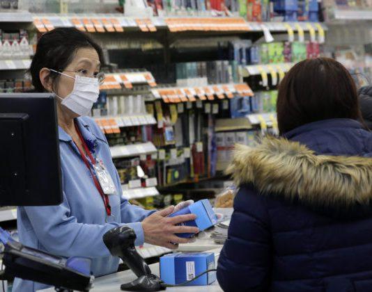 Počet obetí koronavírusu stúpa, prvé prípady sa objavili už aj v Európe