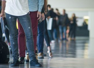 Miera nezamestnanosti na Slovensku stúpla, ale stále sa drží pod piatimi percentami