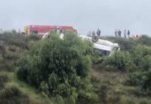 Autobus zišiel z diaľnice a skončil na streche, nehoda si vyžiadala troch mŕtvych a 18 zranených